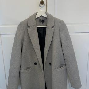 Kun brugt 3 gange ! Fortrudt køb sælges meget billigt  Oversize frakke fra ZARA. God som ny ingen tegn på slid.