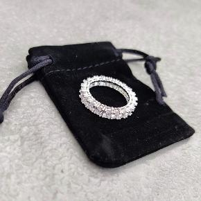 Helt ny ring. Super smuk med sten hele vejen rundt