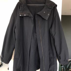 Oversized jakke med posede ærmer og stor hætte. Kan snøres ind for neden.  Super som overgangsjakke.
