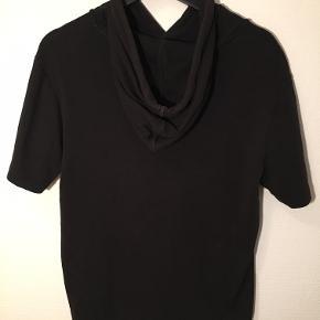 Lækker sort hættetrøje med korte ærmer fra Hugo Boss næsten som ny. 100% bomuld Vaskes ved 30 grader Ingen tørretumbler  Rabat ved køb af flere varer.