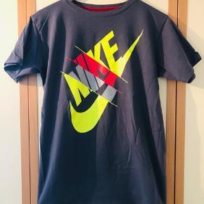 Farverig T-shirt fra Nike fremstillet idet behagelige streg(?) stof så den sidder tæt ind til kroppen sælges pga pladsmangel.  Har vært vasket og brug men fremstår uden næsten som ubrugt, uden nogen former for huller, slitage el lignende fejl.  Kom og giv et fair bud