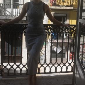 Smuk kjole fra Zara. Har kun haft på til billedet.  Kjolen sidder super godt og giver virkelig kroppen den flotteste figur da den suger ind alle de rigtige steder💛 købt i Lissabon