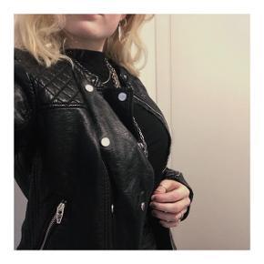 Sort jakke i størrelse 38 fra H&M.