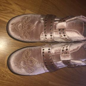 Fede støvler i velour fra Sofie Schnoor sælges. De er rosafarvet med gulddetaljer. Aldrig brugt og bytter ikke