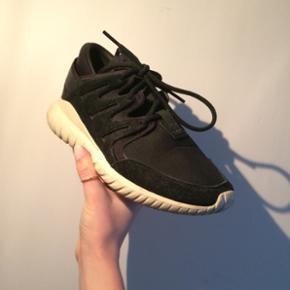 Fitter str 38,5 ish. Fede Sneakers fra Adidas, som kostede 1200 fra ny!  Næsten ikke brugt! Tror jeg har en kasse hvis det er...