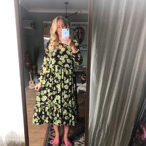 Helt ny kjole fra Soaked in luxury str small. Aldrig brugt og stadig med prismærke. Der er en underkjole i wuhu. Sælges for 300kr nypris 700kr
