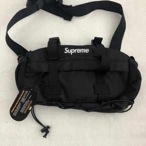 Supreme Waist bag Sort Aldrig brugt med tags  BYTTER IKKE !!!