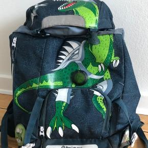 Beckmann dinosaur skoletaske. Den har lidt slid og skidt, som evt. kan vaskes væk.  BYD gerne