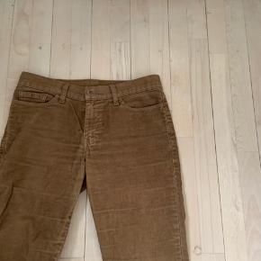 Mega fede fløjlsbukser fra Levi's, de er desværre blevet for små til mig... de er lidt vide i bunden💛💛