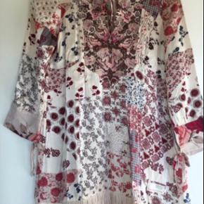 Smuk kjole i størrelse 1 svarende til en small.   Den er af 100% silke og med de fineste detaljer.