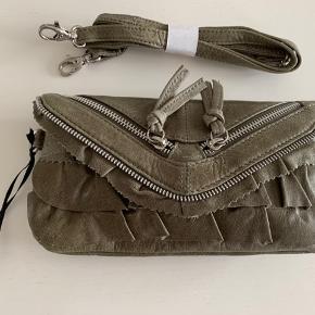 Super smuk oliven farvet lille taske. Den kan bruges som clutch eller skulder taske, da rem medfølger.  Tasken er af rigtig skind  23 x 14 cm