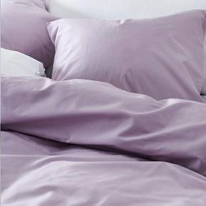 Helt nyt lilla / lyslilla / lavendel sengetøj i økologisk bomuld fra Jotex. Der er to sæt i 210x150cm. Det er vasket, men aldrig brugt.  Nypris er 199kr pr sæt
