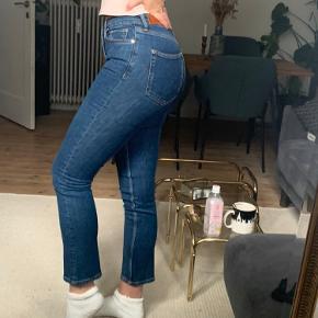 Sælger disse Mango jeans modellen hedder Anna, de er en straight model, deres eco wash edition og brugt få gange.