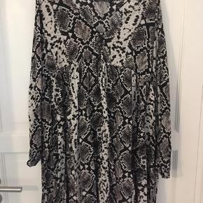 Slangeprints kjole med fint snit.