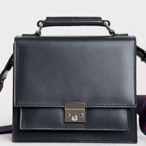 Brand: Tiger of Sweden Stylenavn: Welo Bag Materiale: 100% læder Mål: 18 x 19 8.5 cm