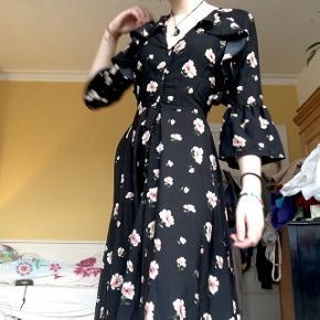 Sindsygt smuk kjole, med blomster og flot udskæring på ryggen. Brugt en gang sidste nytår. Så flot til sådanne lejligheder, eller hvis man bare vil føle sig lidt extra:) en størrelse xs, men stor i størrelsen, vil vurdere den til en S