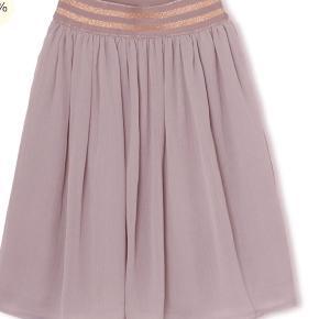 Fineste nederdel fra Mini A Ture sælges Brugt 2 gange Bytter ikke!  Nypris 379,-