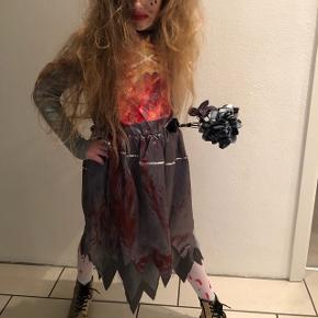 Zombiebrud udklædningstøj - kjole, slør, buket samt strømpebukser med 'blod'pletter på. Str 10-12 år. Fuldstændig som nyt!  Bytter desværre ikke..