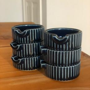 Små porcelæns skåle perfekte til smør eller soya. Mærket er ukendt men købt på loppemarked. 6 stk. sælges samlet.