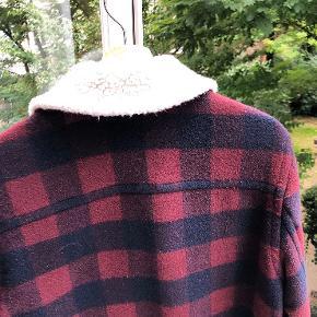 Den lækreste jakke til at gå vinteren i møde på. Den fremstår som ny og er yderst velholdt