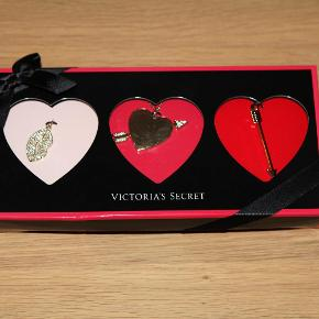 Varetype: Kæde med 3 vedhæng med sten fra Victoria's Secret Størrelse: x Farve: Guld Oprindelig købspris: 350 kr.  Guldfarvet kæde med 3 vedhæng, se billede.  Kan bæres hver for sig eller samlet.  Kæde længde ca. 50 cm, vedhæng er mellem 2,5-4,5 cm lange og 0,7-4 cm brede.   Helt ny, stadigvæk indpakket. Bytter ikke. Kan afhentes på Islands Brygge. Kan sendes hvis køberen betaler portoen.