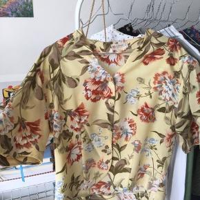 Vintage bluse i pæneste gule farve med blomster. Jeg har aldrig fået den brugt. Så flot stand!😻🌸