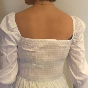 Hvid shirred top med firkantet hals fra boohoo.