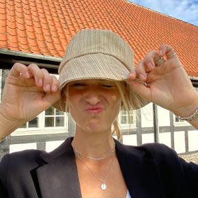 Handmade Buckethat i det fineste genbrugstekstil💚 Disse hatte er unika - der er kun lavet denne ene 🌿 Lavet af @DamDamDesign