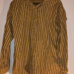 Skjorte fra Gestuz. Køber betaler porto