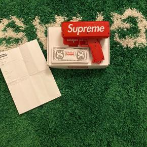 """Supreme Money, et hypebeast must-have accessorie. Released I 2017 og stadig perfekt stand, har kun meget få ridser og virker perfekt (Cond: 9/10) Har alt """"og"""" (kvit, box, emballage og alle penge sedlerne) prisen er 2300, men du er selfølgelig velkommen til at byde en pris😉"""
