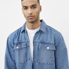 Varetype: Denim Jakke Farve: Blå Oprindelig købspris: 800 kr.  Sælger denne lækre denim jakke fra det populære danske modemærke Minimum. Den er aldrig brugt og hænger stadig med prismærke.  Byd!