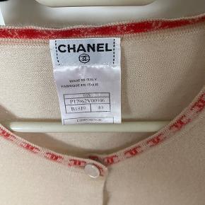 Chanel cardigan str. 40, svarer til en medium. 100% ægte.   Der er et sted hvor jeg kom til at ramme med min ring og rive i en tråd. Det er dog ikke synligt :)   Bud ønskes :)