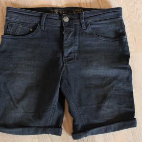 Super fede sorte GABBA shorts som kun er brugt meget få gang. De er i størrelse 29 og er med meget stræk. De er super behagelige at have på.  Jeg bruger dem dog ikke længere og de skal derfor have ny ejer.