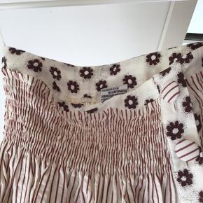 Meget fin og anderledes nederdel. Elastik i talje og vidde som gør den behagelig at have på.