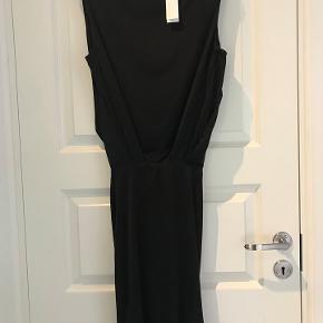 Flot kjole i silke jersey med stretch. Smuk åben ryg. str. small.  kr. 500.- Aldrig brugt Nypris 1850.- Kan prøves i Rungsted. Sender gerne