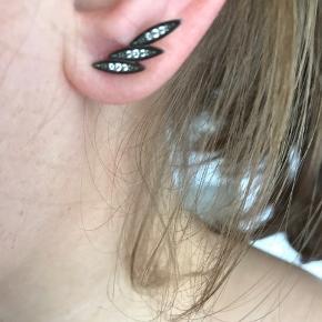 """Varetype: øreringe Størrelse: oz Farve: Sølv  """"Solange"""" ørestikker i 925 sterlingsølv belagt med sort ruthenium og facetslebne hvide zirkoner, aldrig brugt.  Leveres i original æske."""
