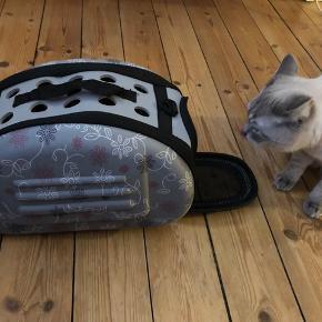 Katte/hundetaske, lynlåstaske kan skilles ad og blive helt flad, mange huller i så dyret kan ånde. Size(approx.): 36X22X20cm. Helt ny, sælges da min kat ikke vil gå ind i den. Nypris: 150. Sælges for 100.
