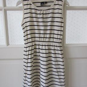 Stribet Hummel kjole med elastik i taljen og med diskret sølv Hummel logo. Sælges for 100 kr. pp, men KUN via Mobilepay.