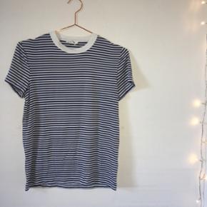 Super flot t shirt fra Wood Wood fra SS15. Den sælges da jeg dsv ikke får den brugt længere. Nypris var ca 400kr. Materialet er super blødt og strækbart. Byd gerne!💙