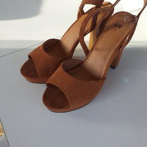 Stiletter i ruskinds stof fra H&M. Brugt en gang i sommers. Sendes på købers regning.
