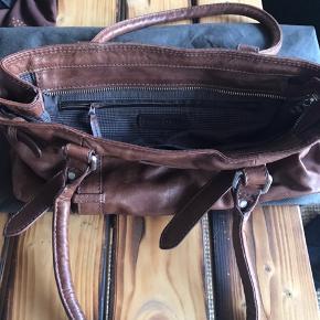 Super fin skuldertaske fra Marc O Polo i lækker brun skind. Måler L : 34 og h: 18. Dustbag medfølger.