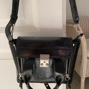 Smuk taske i sort blank. Som ny. Sælges da jeg desværre ikke får den brugt. Mp. 3000 kr. Kan afhentes på Østerbro eller sendes ekskl.