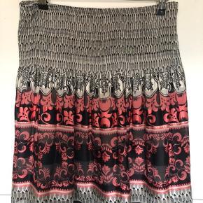 Smuk nederdel fra max studio, str xs, men pga af elastikken, kan den sagtens bruges op til medium. Flot stand.