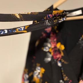 Gestuz kjole med bindebånd - mangler knap på begge ærmer