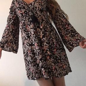 Sød boheme inspireret boho kjole med klokkeformede ærmer og floral blomster print. Kjolen har lange ærmer. Jeg måler ca. 160cm.