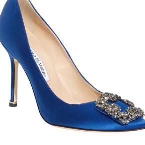 Overvejer at sælge mine smukke og meget eftertragtede Manolo Blahnik blue pumps. Importeret fra Bergdorf Goodman, New York og også kostet told. Æske medfølger, kvitt. haves ikke længere.