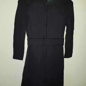 Ny pris var 1300 kr og den er aldrig brugt  Super flot og elegant kjoler  Svare til ca og s str