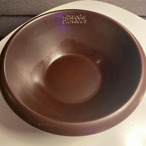 Hej! Jeg sælger denne skål fra Höganäs Sweden. Skålen står i rigtig god stand. Jeg sælger den til 85 kr. Hvis du har nogle spørgsmål til den, så spørg løs!