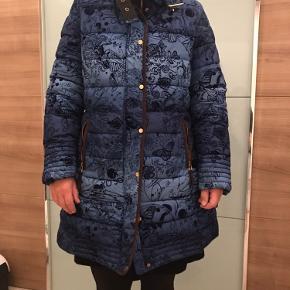 Meget Smuk og dejlig varm jakke fra desigual. Personligt elsker jeg mønstret, men jeg er dsv vokset ud af den. Fine detaljer, foret og lige til vintertiden🌺😊 Tjek gerne min side, jeg giver 10% rabat hvis du køber mere end en ting og 20% hvis du køber 2😉