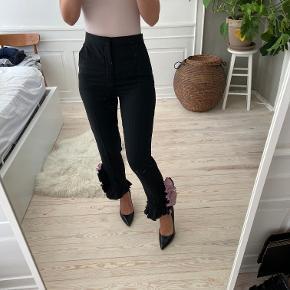 De smukkeste bukser fra Zara med flæser med lyserøde detaljer nederst på buksebenet. Det er en str xs og de er ikke brugt. Så smukke. Sælges til 300 kr, ellers beholder jeg dem og ser om jeg får dem brugt. Kan afhentes i Kbh K eller sendes med dao til pakkeshop. Jeg giver mængderabat ved køb af flere ting - se mine andre annoncer
